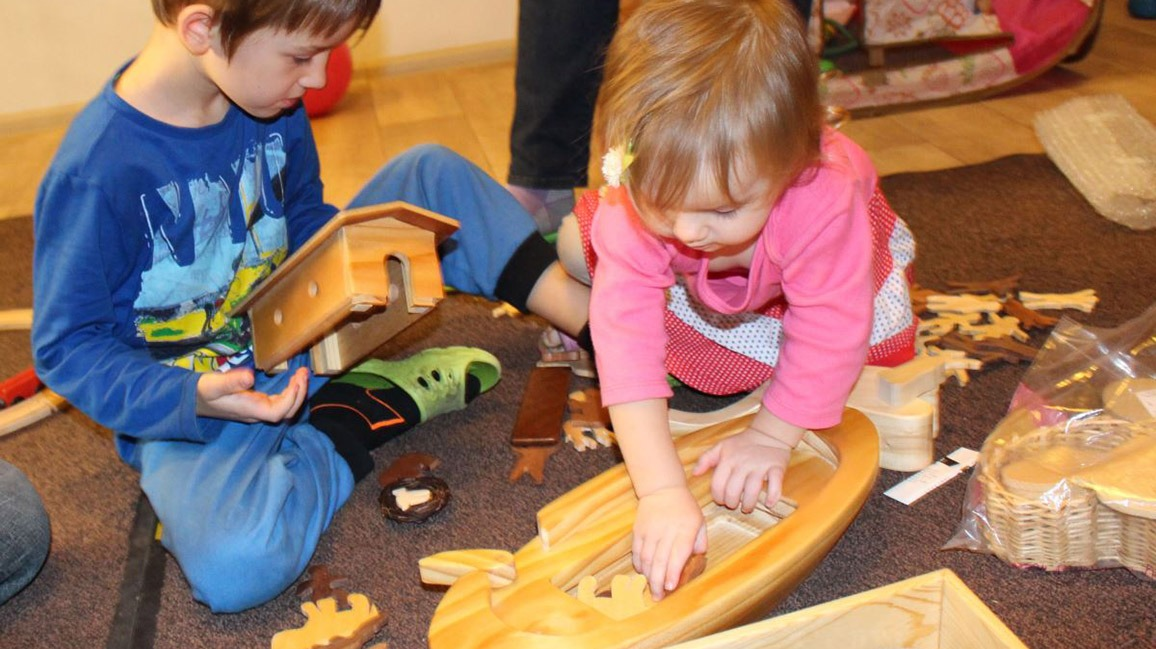 Kids playing with Noah's Ark